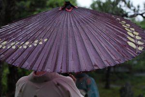 和傘と浴衣女性