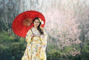 和傘をもった着物女性