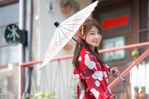 和傘で浴衣散策する女性
