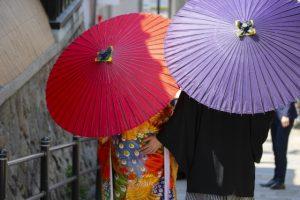 和傘をさす着物のカップル