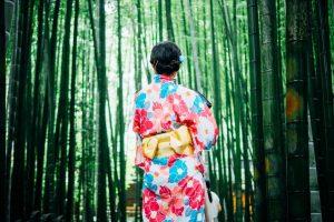 竹林と着物女性