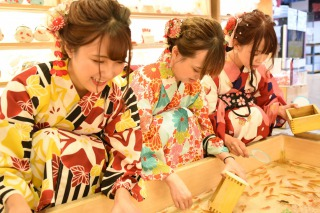 浴衣女性達と浅草金魚