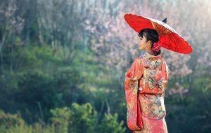 和傘をさす着物女性