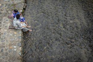 川辺で着物を着たカップル