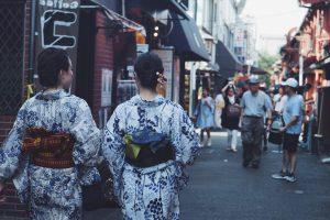 浅草で着物レンタルする女性