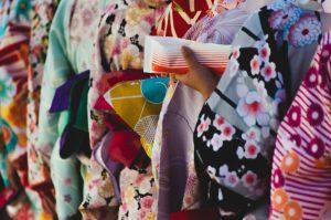 多種多様な着物の色柄