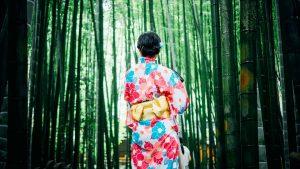 竹林に佇む着物女性