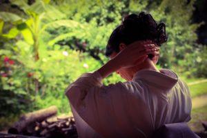 髪を結う着物女性