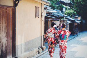 古い街並で散策する着物女性達