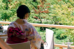座っている着物女性