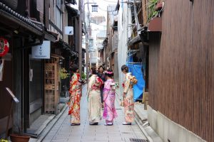 路地で撮影する着物女性