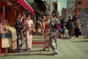 浅草で着物レンタルして散策する女性達